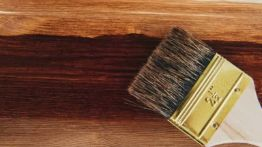 Applying protective varnish on a wooden surface dyi